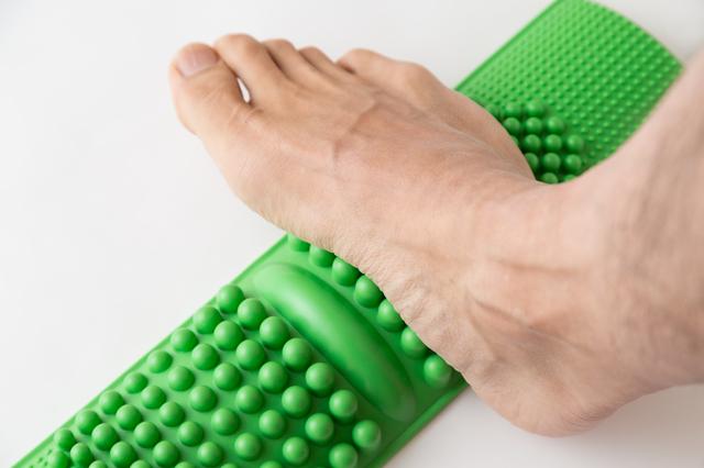 青竹を踏んで土踏まずを鍛えよう!健康な下半身を保って歩くために