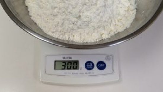 手打ちうどんの小麦粉の計量