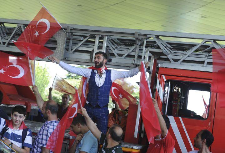 13.Njerëz në Aeroportit 'Ataturk' duke festuar dështimin e grushtit të shtetit. 16 Korrik 2016.