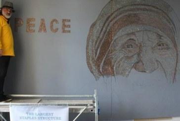 """Nënë Tereza në """"tela me gjëmba"""", mozaiku që simbolizon vuajtjet e refugjatëve"""