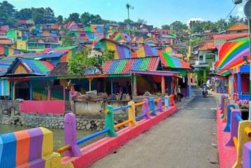 Shtëpitë me ngjyra të Indonezisë marrin vëmendjen e rrjeteve sociale