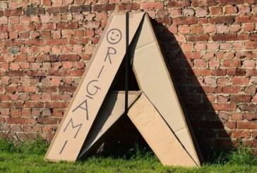 Dizajneri belg shpërndan streha kartoni për të pastrehët (video)