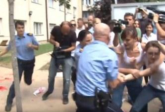 Policia sulmohet me bojë të kuqe, arrestohen 8 aktivistë të VV-së