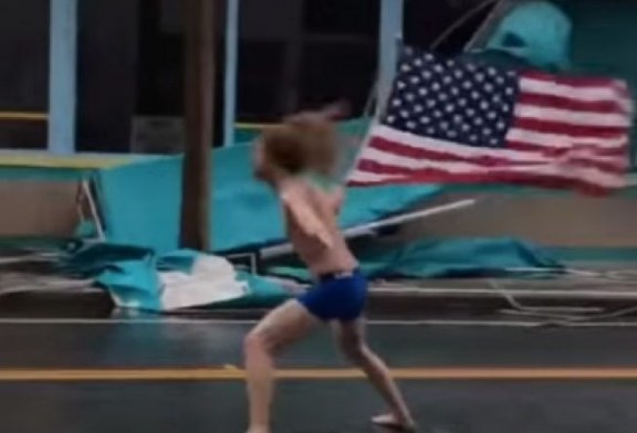 I ve gjoksin Florence-s: amerikani që zgjedh të përballet patriotikisht me stuhitë (video)