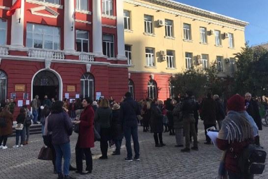 Grevë pro-studentore e pedagogëve te Filologjiku, deputetja demokrate mes tyre