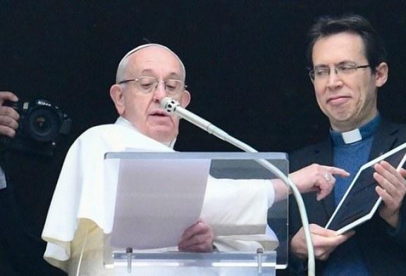 """Papa, në """"Shën Pjetër"""" me iPad në dorë: """"kliko për t'u lutur""""!"""