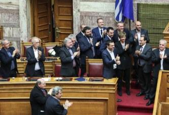 """E kërkoi vetë një votëbesim, """"mbijeton"""" dhe Tsipras"""