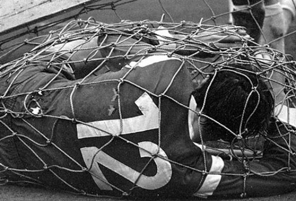 HISTORIA/ 48 vjet më parë: një incident i çuditshëm që solli një ndryshim në fushën e futbollit (video)