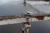 Ec e guxo! Kamioni kalon mbi urën e ndryshkur pa iu trembur syri