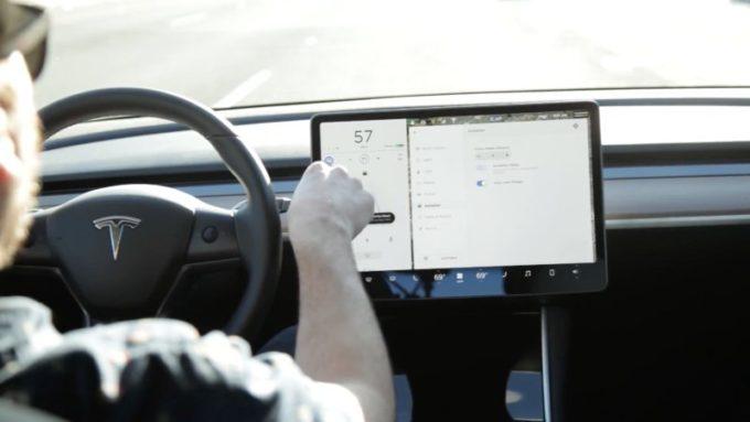 Odborník se bojí, že Tesla nemá v oblasti softwaru žádnou konkurenci. Její náskok je příliš velký