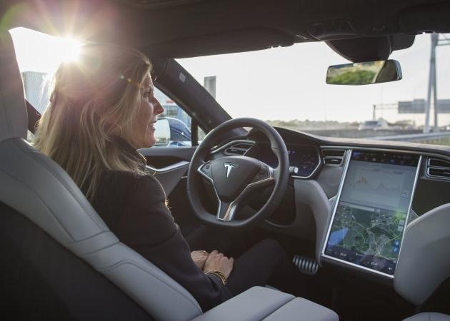 Tesla ukázala 4 videa s příklady, kdy Autopilot zabránil nehodě
