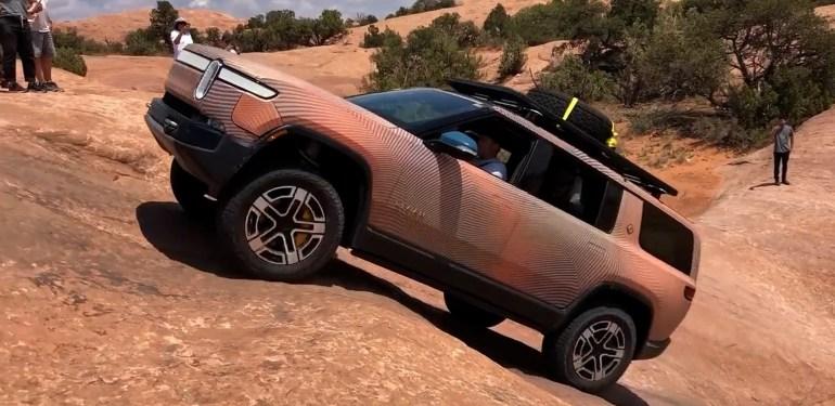 Посмотрите, как Rivian R1S бросает вызов гравитации и логике в невероятном подъеме в Моаве, штат Юта.