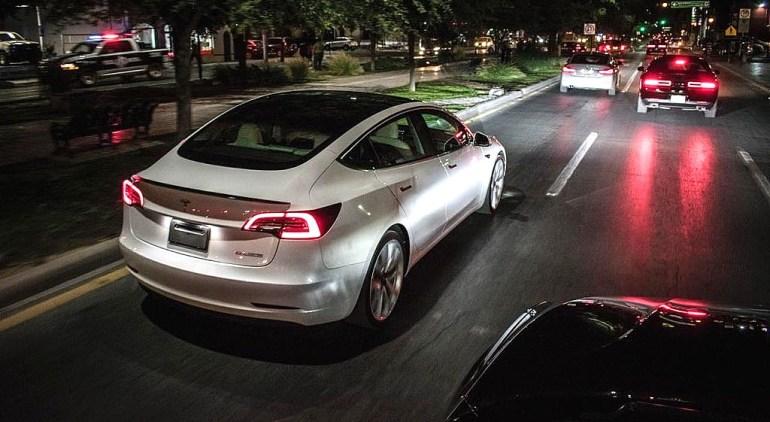 NHTSA хочет, чтобы Tesla объяснила, почему она улучшила безопасность автопилота без отзыва
