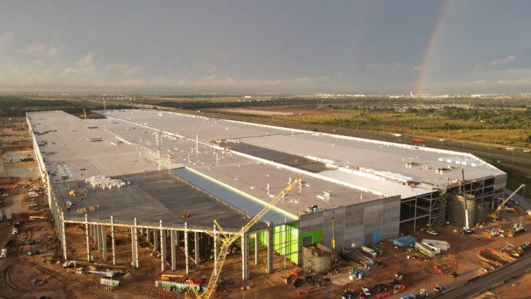 Проезжающие мимо Tesla Giga Texas демонстрируют, насколько на самом деле огромна фабрика Cybertruck Илона Маска