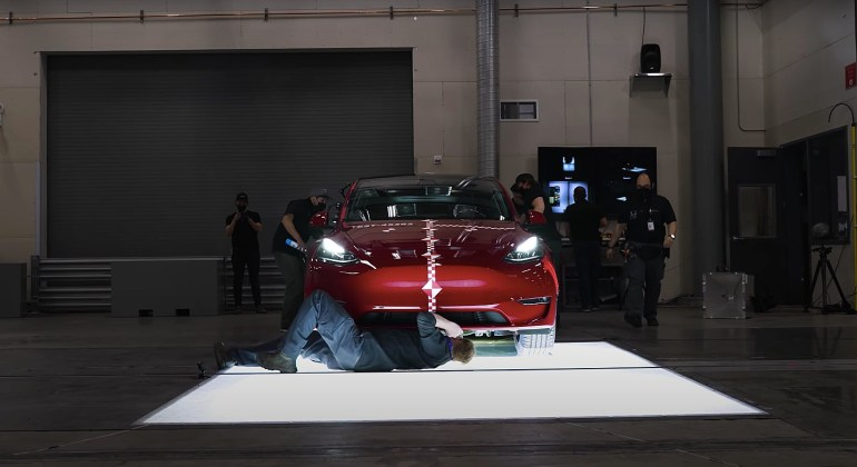 Tesla делится редким взглядом на свою краш-лабораторию и на то, как ее электромобили со временем становятся безопаснее