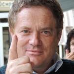 Leonhard Cadetg mit Zeigefinger