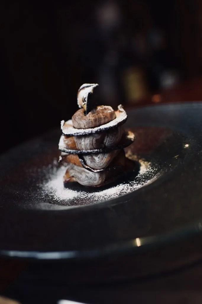 dolce realizzato con sfoglie caramellate di mele alternate da mousse di ricotta e cioccolata all'Oste della Bonora