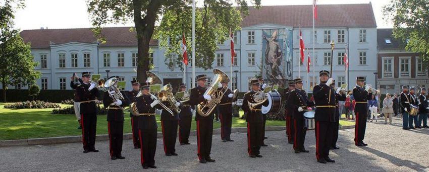 Slesvigske Musikkorps i ingeniør- og telegraftroppernes gallauniform spiller ved 'Landsoldaten' i Fredericia 6. juli 2013.