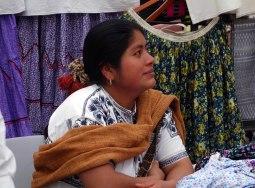 Oaxaca, Mexique : une tisserande sur le marché d'artisanat.