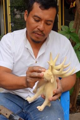 San Martin Tilcajete, Mexique : Jesus Hernandez maître en sculpture d'alebrijes.