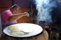 """La señora tortilla qui nous a tout expliqué sur l'art de les cuisiner. """"j'ai une machine pour les faire, mais elles sont bien meilleures à la main""""."""