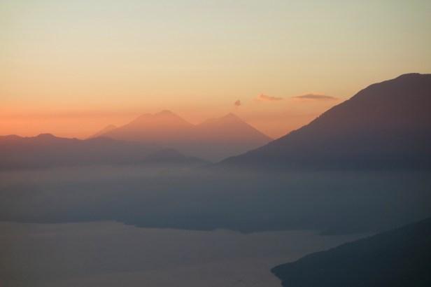 atitlan-lago-volcan-fuego