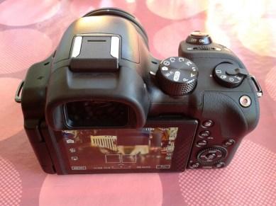 Ist das Display eingeklappt, ist es so im Body der Kamera versenkt, dass es keinen unterschied zu Kameras mit festem Display gibt.