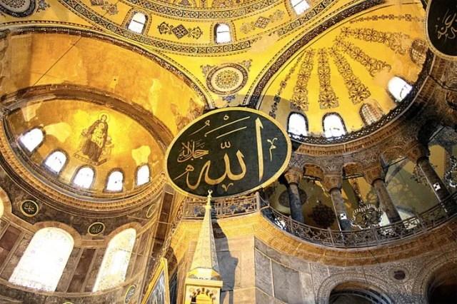Napis Allah zamieszczony pod kopułą dawnej bazyliki Hagia Sophii za czasów sułtana Abdul Medżida I (zdj. wikimedia)