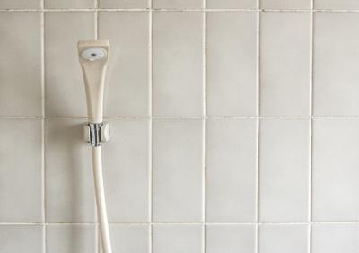 浴室タイル目地ひび割れ補修にダイソー100均補修材で。