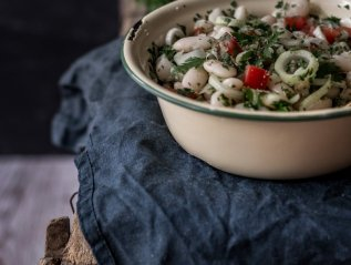 Summer bean salad with parsley and tomato
