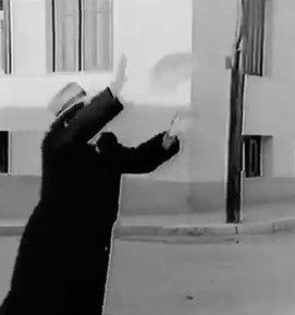 Ο Παντελής Ζερβός πιάνει το καρβέλι που αλλάζει χέρια.
