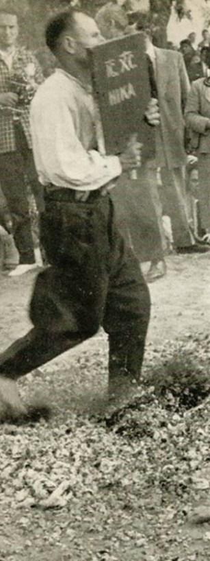 Αναστενάρης χορεύει στην ανθρακιά κρατώντας μια ιερή εικόνα. Τα ιερά εικονίσματα των Αναστεναριών έχουν λαβή στη βάση τους για να τα κρατούν από κει οι αναστενάρηδες.