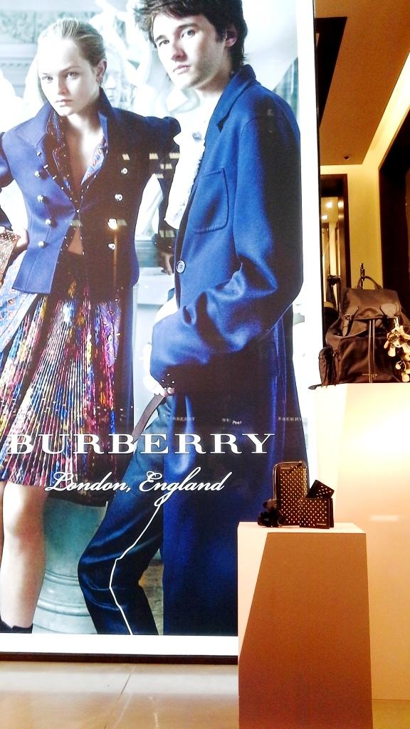 burberry-escaparate-paseo-de-gracia-burberry-burberrytrend-burberryescaparate-080barcelonafashion-escaparatelover-escaparatismobarcelona-2
