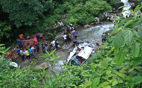 Police personnels and locals seen carrying out the rescue operation
