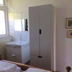 Zimmer links Waschkommode & Schrank