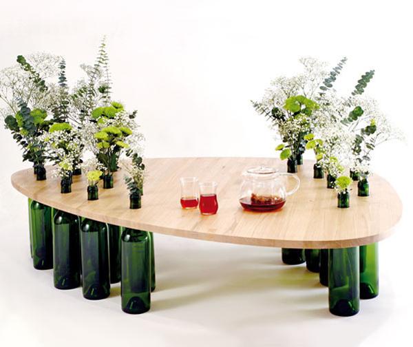 Τραπέζι κατασκευασμένο από ξύλο και γυάλινα μπουκάλια3