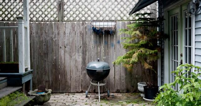 Diy γλάστρες στο φράχτη από κουτάκια1