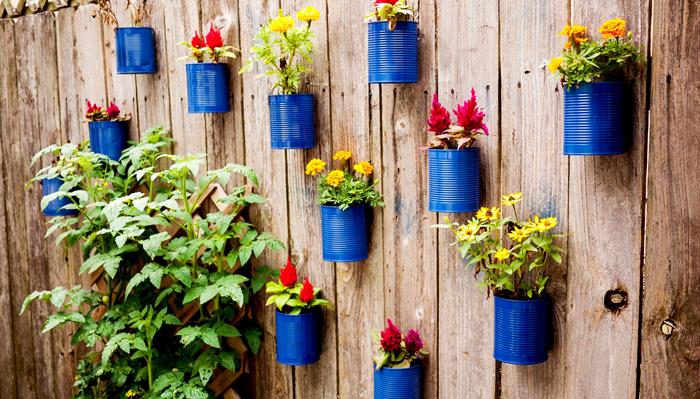 Diy γλάστρες στο φράχτη από κουτάκια10