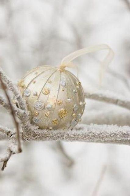 χρυσάφι Και Λευκές Χριστουγεννιάτικες Ιδέες39