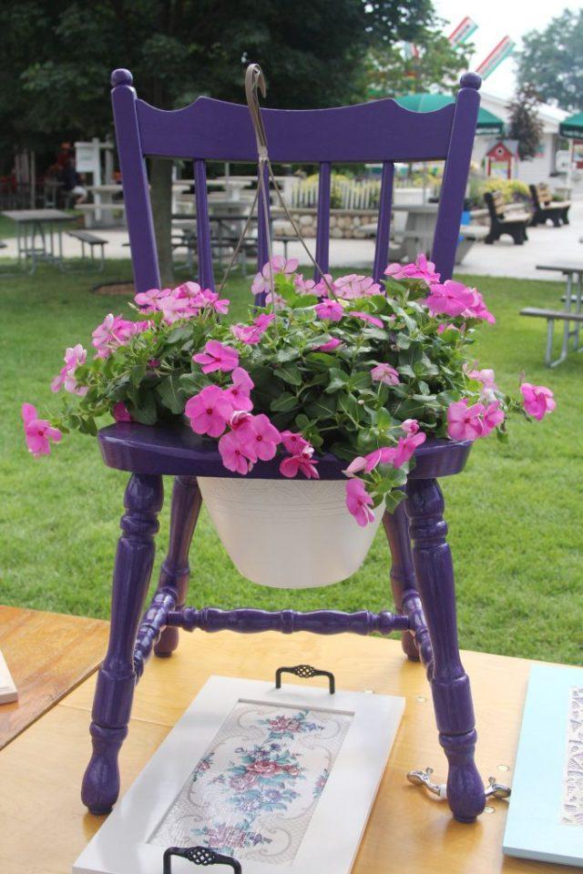 παλιές καρέκλες σε γλάστρες κήπου1