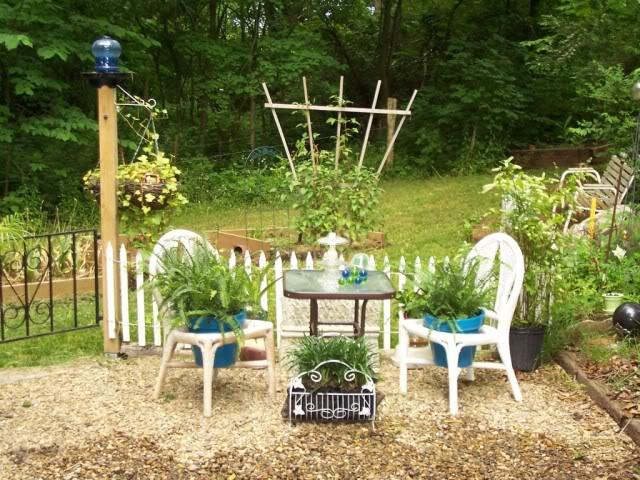 παλιές καρέκλες σε γλάστρες κήπου12