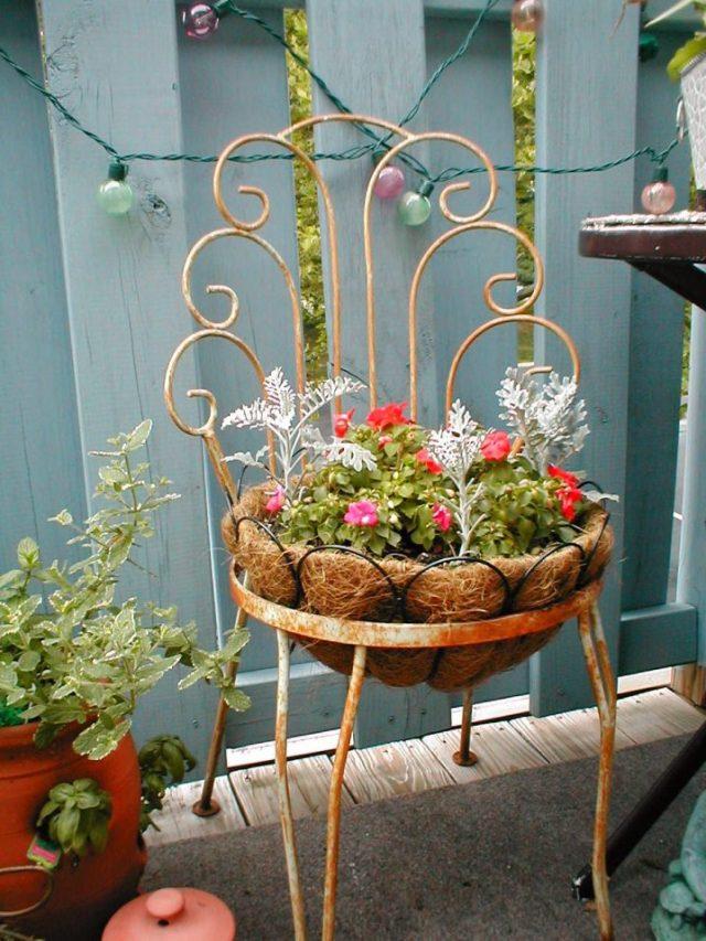 παλιές καρέκλες σε γλάστρες κήπου14