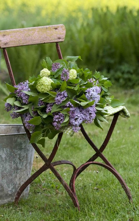 παλιές καρέκλες σε γλάστρες κήπου18