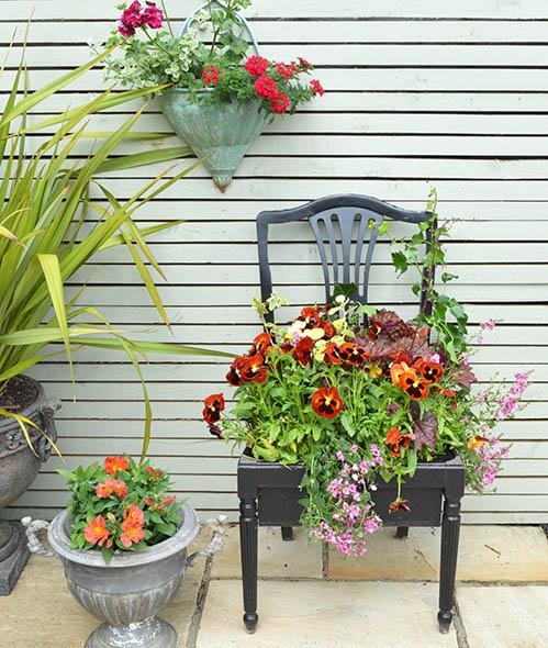 παλιές καρέκλες σε γλάστρες κήπου5