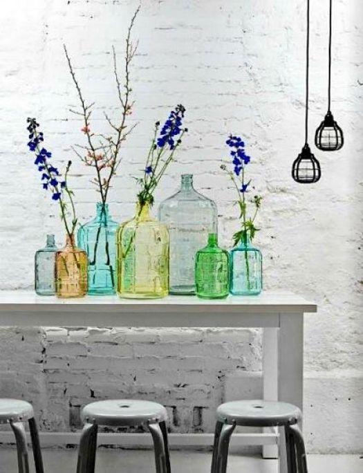 Διακοσμήστε με γυάλινα μπουκάλια και λουλούδια13