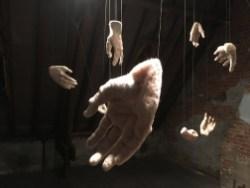 een van de handen uitgelicht