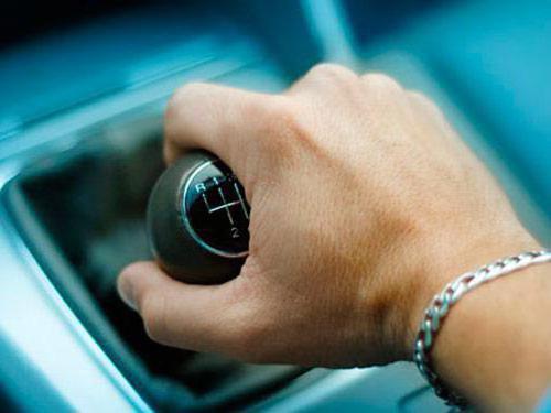 Сильно дергается машина при трогании с места: что делать?