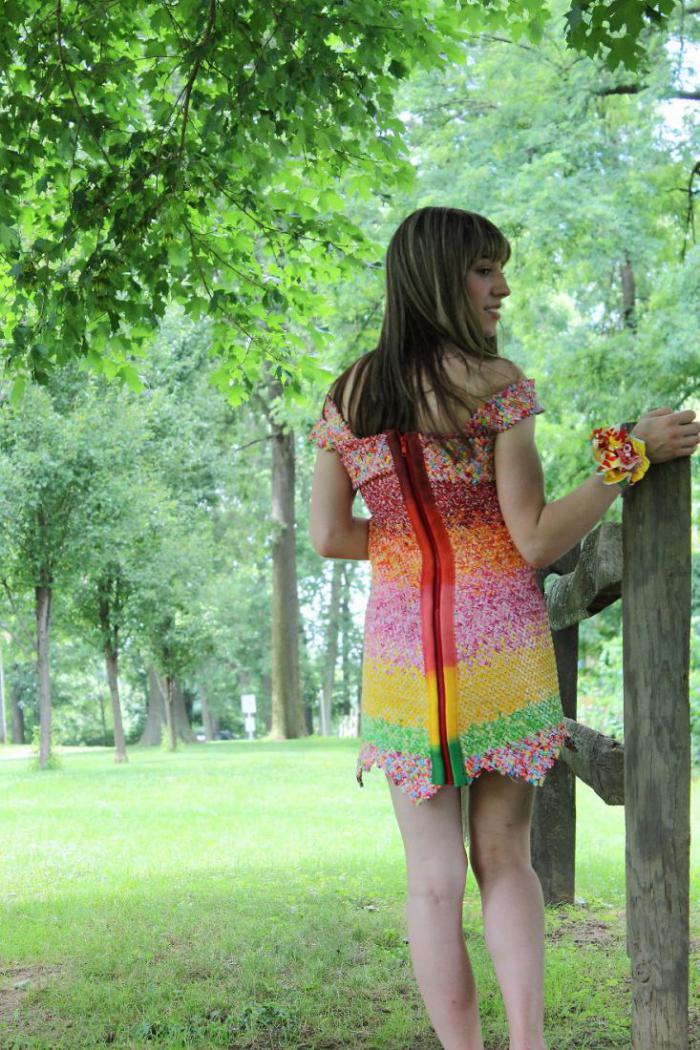 Оригинальное платье, сшитое из 10 тысяч конфетных фантиков