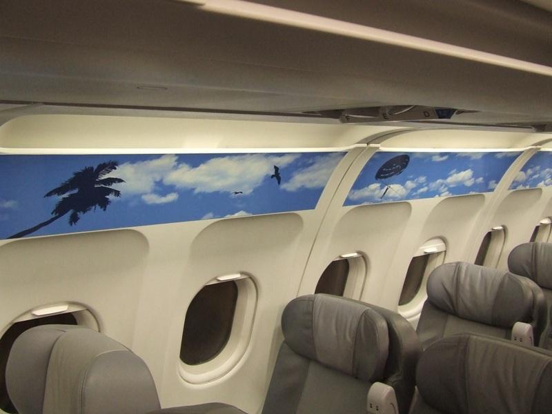 внутри самолета рекламный баннер