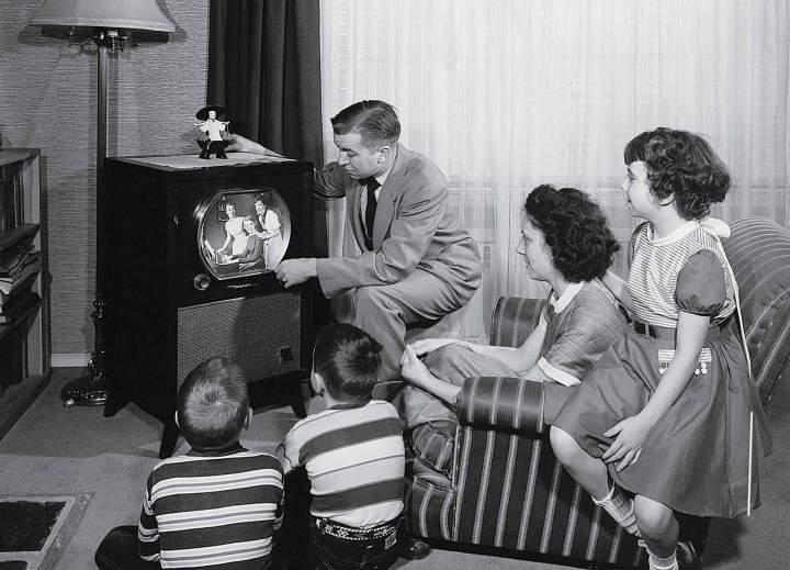 Просмотр рекламы по ТВ всей семьей